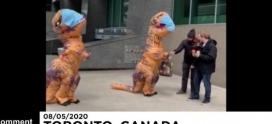 Madre e hija disfrazadas de dinosaurio reparten mascarillas caseras